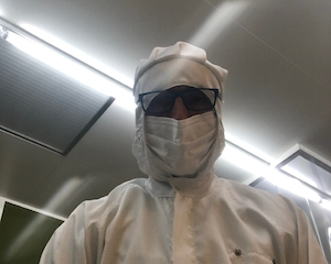 Cleanroom-operator with full-body protection